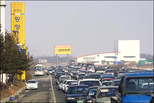 朝は空いていた道路も昼には再び大渋滞に。まさに牛歩の歩み!というか牛よりのろい!