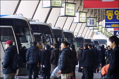 こちら、江南高速バスターミナル。鉄道切符が買えなかった人はこちらに駆け込み!