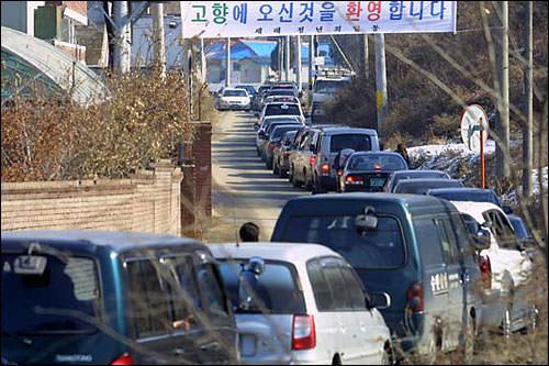霊園に続く道もこの通り! 横断幕には「歓迎・故郷へようこそ」の文字!
