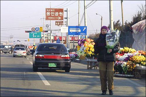 お墓参りにはお花は必須。お墓に続く道路には花売りのお姉さん!
