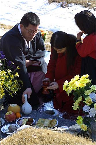お墓参りに欠かせないお供え物。果物、お酒、魚の干物は必需品