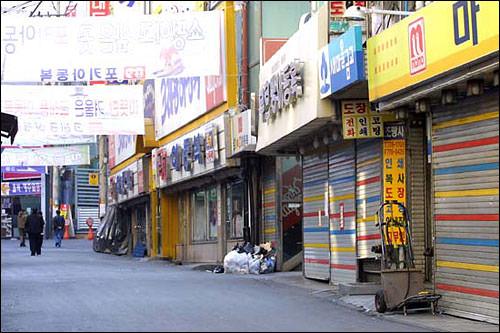 地元の買い物客で賑わう南大門通りもこの日ばかりはこの通り