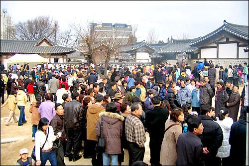 「南山コル韓屋マウル」も、韓服を着た市民たちで大賑わい