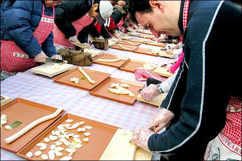 外国人対象の餅切りイベントも開催されていました