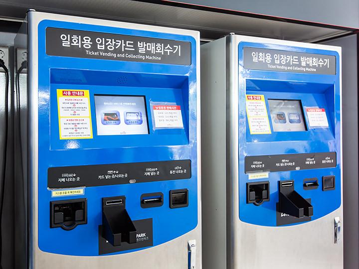 1.画面左側の「입장권 구매(チケット購入)」をタッチし、現金でチケット購入※保証金(1,000ウォン)あり