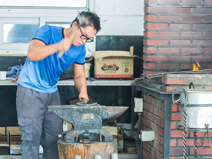 「馬の蹄クリニック」で製鉄師の作業を見学 ※作業時間と合わない場合、映像で鑑賞