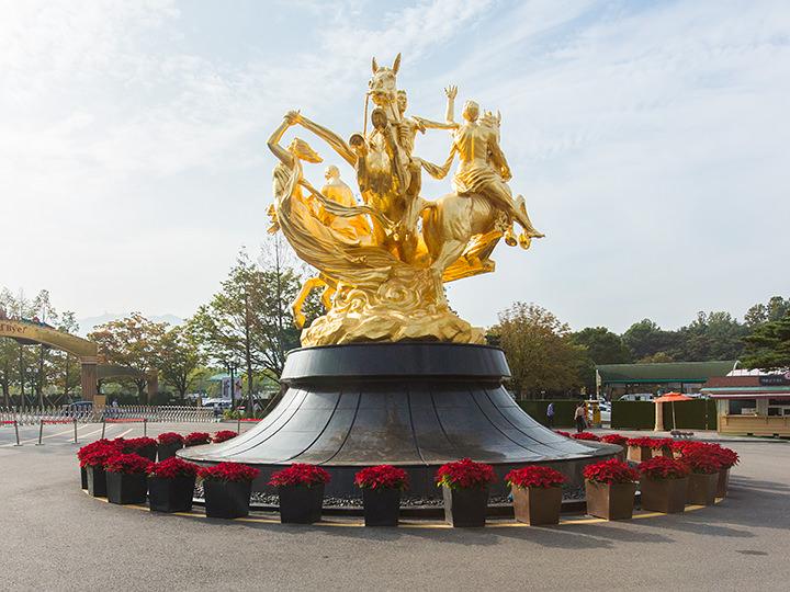馬の銅像入場ゲートの手前を右側に進むとある、馬の銅像。競馬場の象徴となっている大きな像で、待ち合わせ場所としてもよく利用されます。