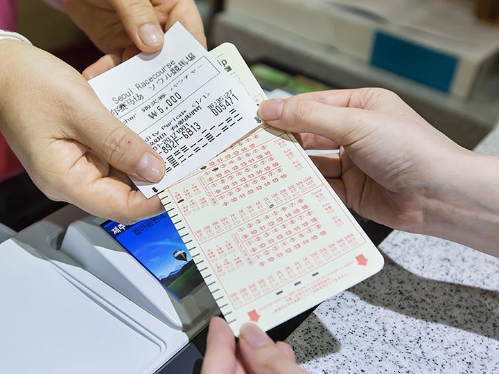 無人馬券販売機を利用せず、受付で購買券とマークシートを渡してもOK