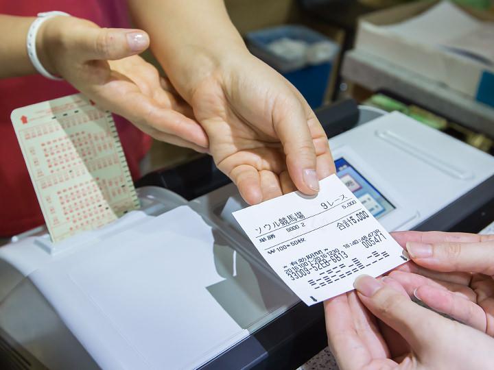 2.受付でマークシートと賭ける金額を一緒に差し出し、馬券を購入