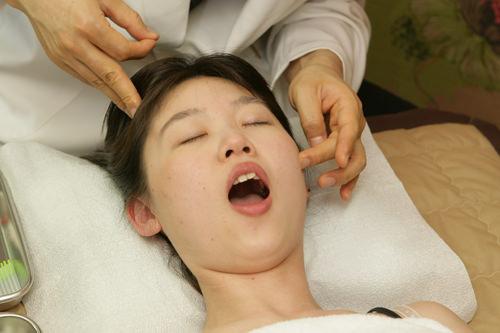 口を開けたり、奥歯で噛んだりして筋肉の流れを確認