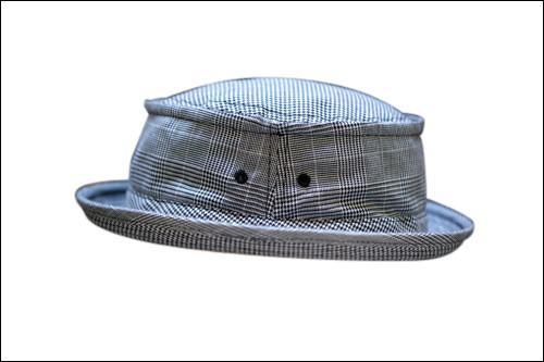 グレンチェックのブリム帽でマニッシュに109,000ウォン(1階MOGOOL)