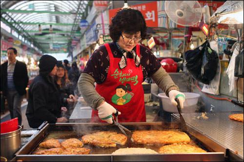 広蔵市場(クァンジャンシジャン)「うまいもん通り」広蔵市場にはマッコリとチヂミを楽しめる屋台がたくさん。屋台ならではの開放的な雰囲気もグッド。