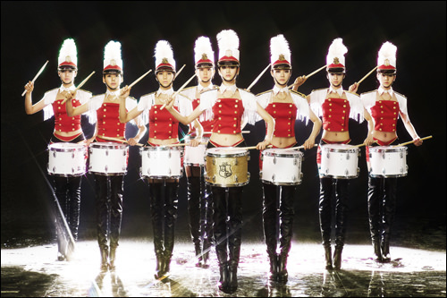 (左から)ベカ/1989年、リジー/1992年、ジョンア/1983年、ユイ/1988年、ナナ/1991年、ガヒ(リーダー)/1980年、ジュヨン/1987年、レイナ/1989年(※新メンバー イヨン/1992年)