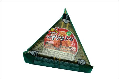 BBQチキンおにぎり「メコムヤンニョムチキン」800ウォンチキンチェーン「BBQチキン」のおにぎり。甘辛い合せ味噌味の韓国チキン!