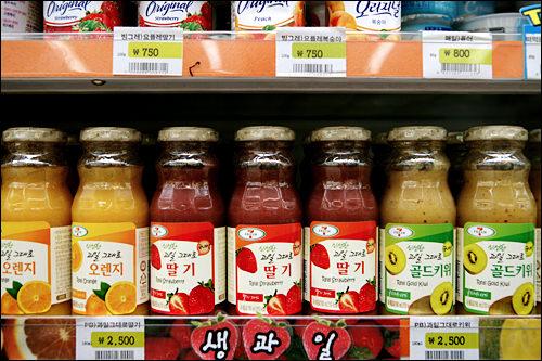 「新鮮な果物まるごと」2,500ウォン生果物ジュースもセブンイレブンで!果実たっぷりの濃厚なジュースは、旅行中の果物摂取にも使える。