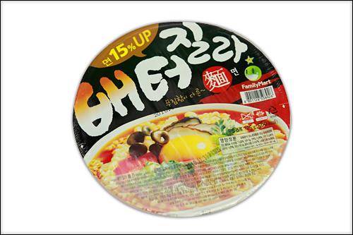 「ペ トジルラ ミョン(麺)」990ウォン15%増量!お腹がはちきれそうになるラーメンという意味のネーミングもインパクト大。