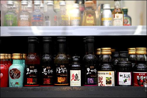 伝統酒ミニボトル2,000~3,000ウォンCU(一部店舗)には、おみやげやお試しに便利なポケットサイズの韓国伝統酒も。