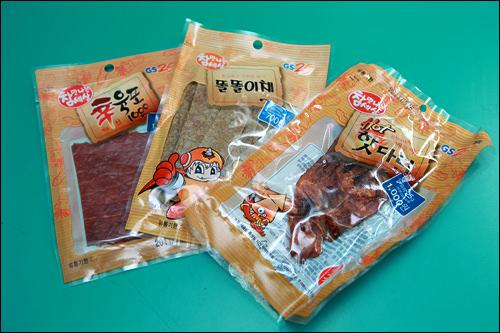 【GS25】左から辛いビーフジャーキー、カット干しカワハギ、辛い干しイカ(ゲソ)