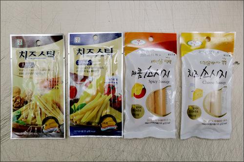 【7-ELEVEN】左からチーズスティック(くるみ味、オリジナル)、ソーセージ(スパイシー、チーズ)