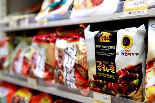 インスタント麺もバラ売りが基本。