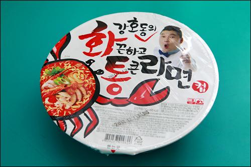 「ファックナゴ トン クン ラミョン」1,200ウォン(袋麺は1,000ウォン)コメディアン、カン・ホドンブランドのラーメン。海鮮スープと大きめのカニ身がポイント。