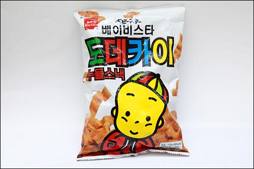 「ベビースター ドデカイヌードルスナック」(チキン)1,500ウォン韓国語バージョンの「どでかいラーメン」。食べ比べしてもおもしろそう。