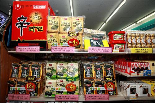 韓国海苔のセット4,000~6,000ウォン観光地のコンビニでは、韓国みやげの定番・海苔もセット売りしていることが。