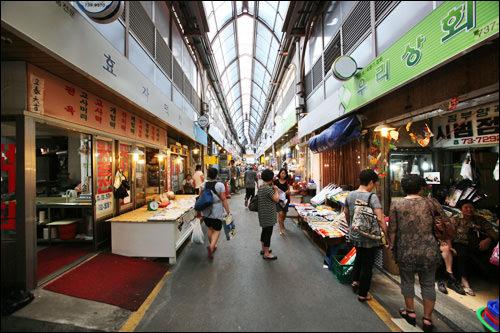 通仁市場、錦川橋市場 特別な活気はないが住民の台所としては合格、「ちょっとそこまで」の市場。通仁市場は油で炒めたトッポッキが有名。(地図青7、8)