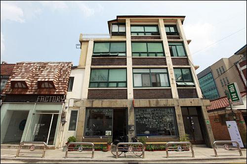 通義洞カフェ通り 通義洞付近に古いビルや家屋に、ここ1、2年で心地よさを追求したカフェが点在し始めた。路地奥にはギャラリーや芸術家のアトリエもあり。(地図青3)