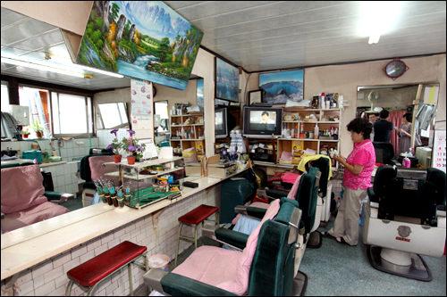 ヒョンジェ理髪館60年前から営業。主人は実際に青瓦台専属理髪師への誘いを断り店を守る。(地図青4)