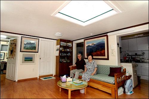 韓屋を現代風に改造したシン・マニョン氏宅。写真はどちらも元のつくりはマダン(中庭)にあたる場所。