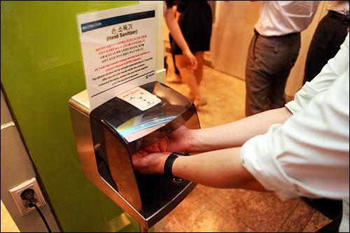 食堂入口にある手の消毒機。新型インフルエンザ流行を機に設置されるように