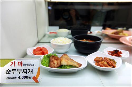 メニューカードには料理名と共にカロリー表示。健康に気を使う人にはうれしい工夫