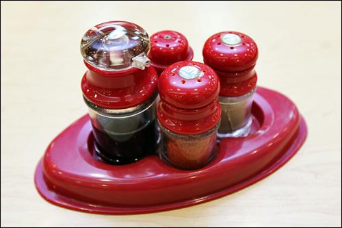 テーブル上に置かれた塩・胡椒など。手前にある赤い粉は唐辛子!