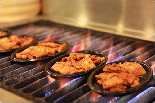 炎の上で豪快に調理