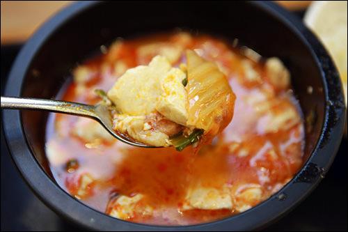 真っ赤なスープに豆腐やキムチが