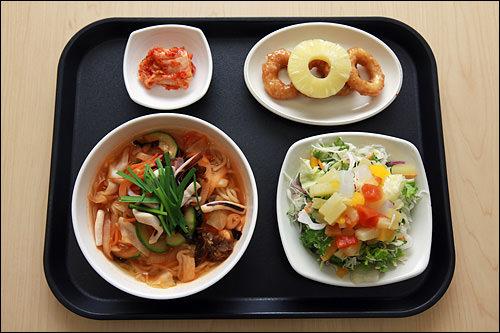 チャンポン3,000ウォン、サラダ1,500ウォン、イカフライ1,000ウォン
