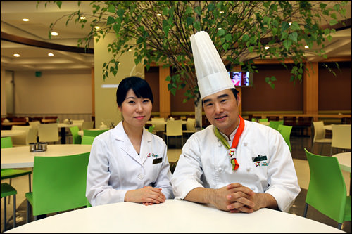 店長であり栄養士のイ・スヒョンさん(写真左)と、調理長のイ・ソンウさん(写真右)。