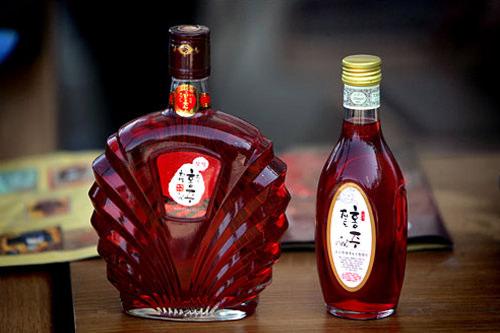 珍島 紅酒(ホンジュ)その名のとおり真っ赤な色の焼酎。米や麦から作った原酒に芝草という植物で色と香をつける。