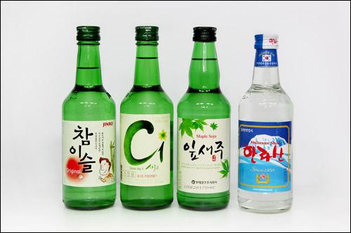 飲み比べた焼酎(左からチャミスル、C1、イッセジュ、漢拏山)