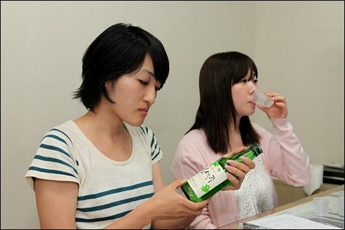 他の酒に比べて韓国焼酎はあまり飲まない、日本スタッフのガミ(右)とKk