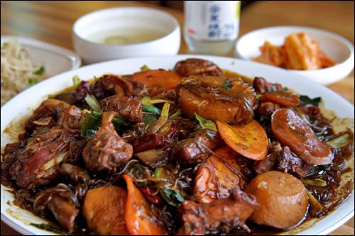 安東鳳家チムタク安東(アンドン)名物の激辛チムタクのお店。25度の安東焼酎と一緒に食べるのがおすすめ。