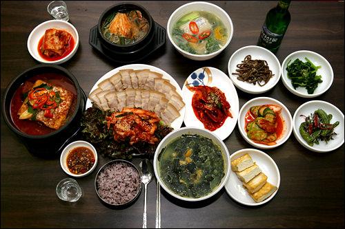 ハルラエチッソウルで最初にできた済州島料理店。現地から空輸される材料で作る郷土料理と一緒に漢拏山を飲めば、小旅行気分に。