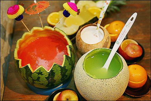 パンジョ本物の果実を材料と器に使った、生フルーツ焼酎の人気店。味はもちろん、可愛らしい見た目にも心を奪われる。