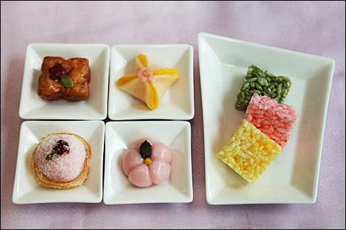 左上から時計回りに薬菓(ヤッカ) 1,000ウォン サムジー餅 1,500ウォン カンジョン各種 700ウォン梅花餅 1,500ウォン りんご団子 1,500ウォン