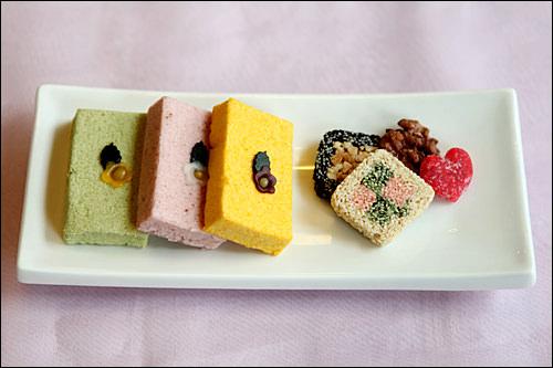 左から芽餅 1,000ウォン いちご餅 1,000ウォン カボチャ餅 1,000ウォン韓菓セット 3,000~4,500ウォン