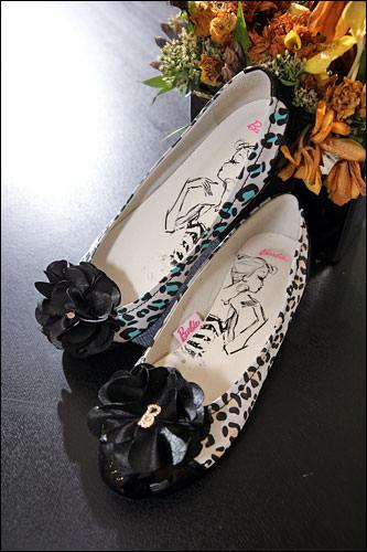 コサージュ付きアニマルフラットパンプスは、シンプルコーデの主役靴(138,000ウォン)