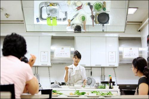 手元が見えやすいように調理台の上が鏡に
