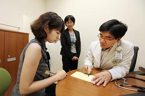 医師の説明もコーディネーターが分かりやすく通訳してくれる