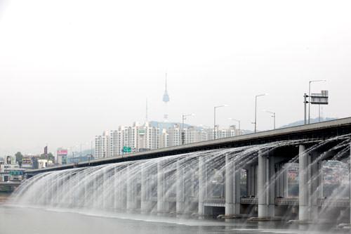 盤浦(バンポ)漢江公園から見える噴水橋